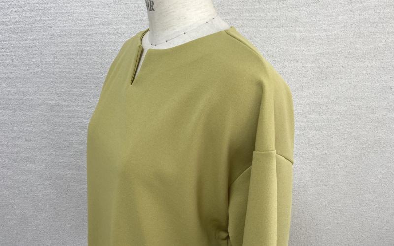 DoCLASSE フレクシージョーゼット・キーネックトップス 5,489円(税込)